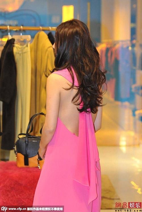 Triệu Vy bất ngờ gợi cảm với váy khoe lưng trần-3