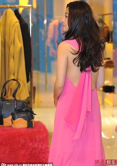 Triệu Vy bất ngờ gợi cảm với váy khoe lưng trần-4