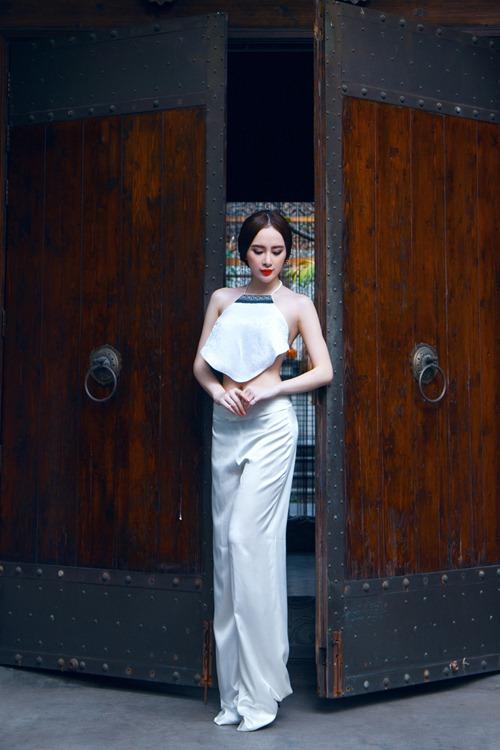 Nữ hoàng nội y mặc áo yếm sexy ăn đứt Angela Phương Trinh?