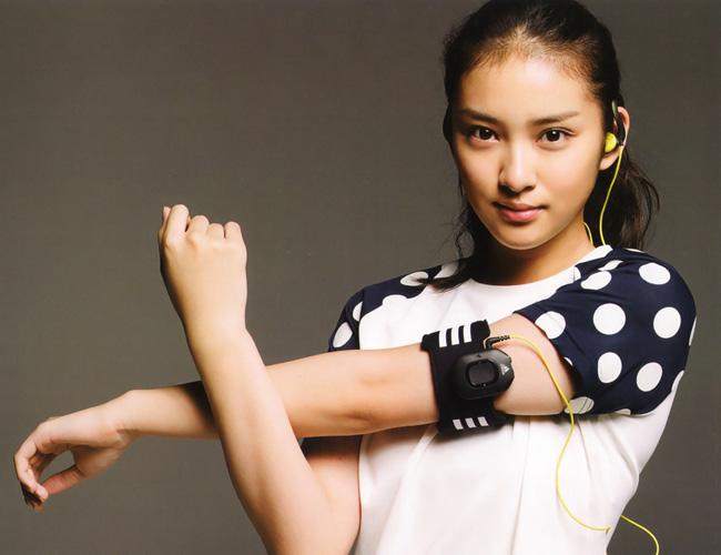 1. Gương mặt đẹp không tì vết đã đưa Takei Emi trở thành đại diện cho dòng mỹ phẩm nổi tiếng thế giới của Nhật Bản là Maquillage (Shiseido)