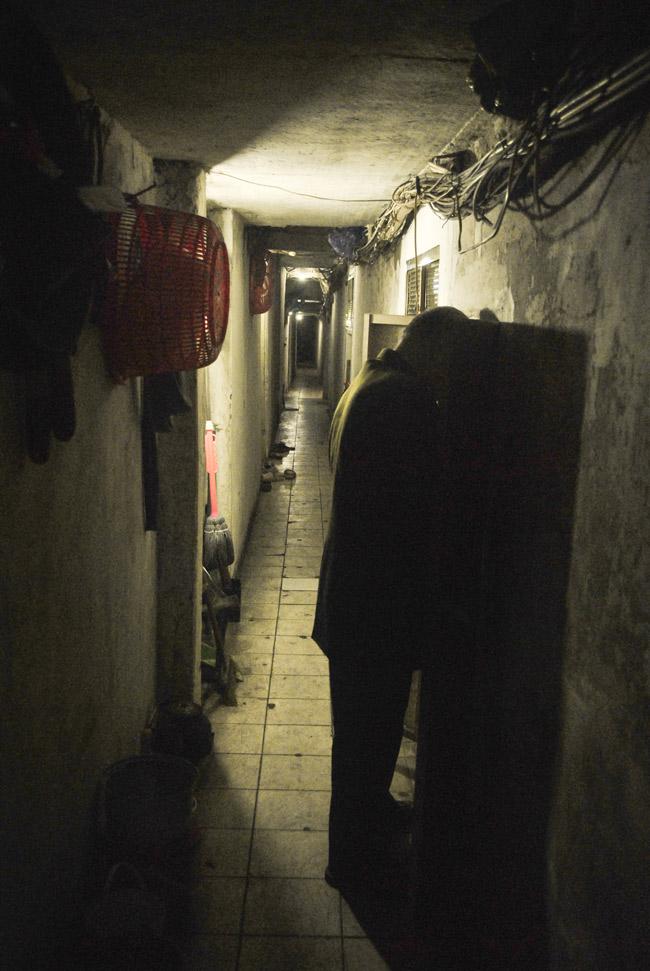 Đã từ lâu, người dân ở khu phố cổ đã quen với việc sống trong những con ngõ nhỏ chật hẹp đời này qua đời khác. Vì nhiều lí do mà các hộ gia đình không thể di dời đi chỗ ở mới thoải mái hơn, hiện đại hơn. Những người dân con phố cổ đã tìm ra những cách để sống chung với ngõ nhỏ tối tăm, chật hẹp.