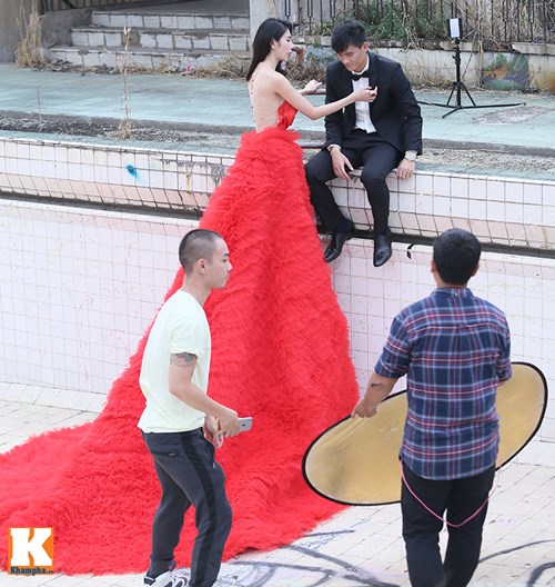 thuy tien dien vay cuoi nua ty dong chup anh voi cong vinh - 15