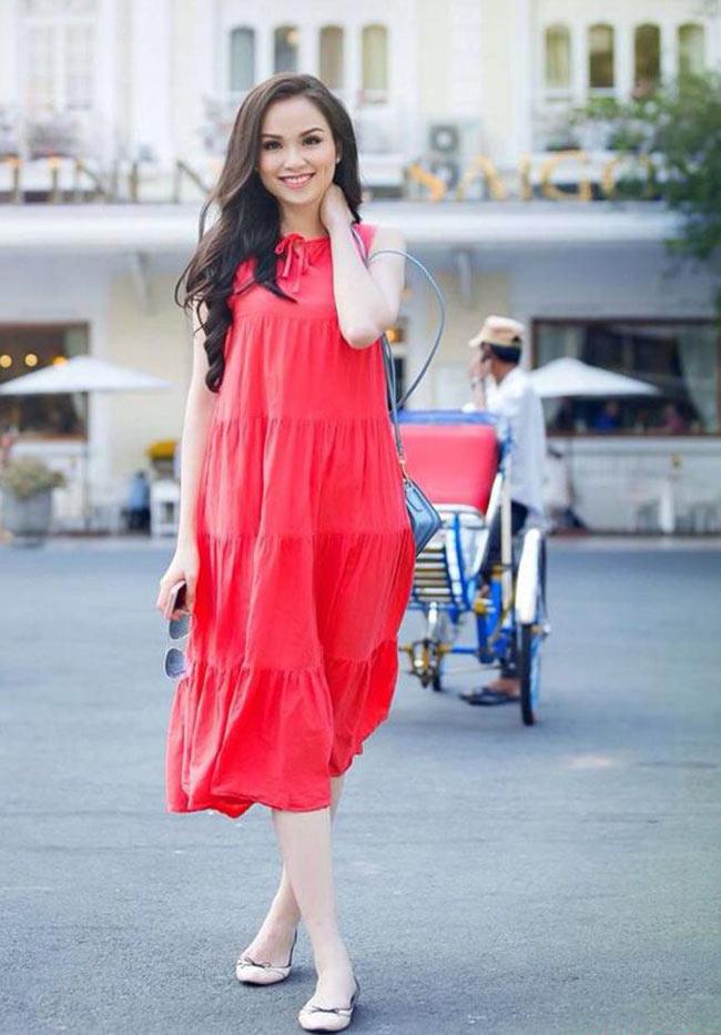 Hoa hậu Diễm Hương trong chiếc váy maxi đỏ, rạng ngời
