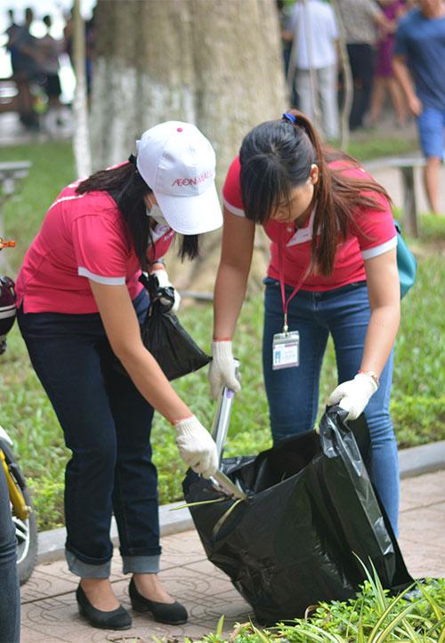 Gần 100 nhân viên văn phòng nhặt rác bảo vệ Hồ Gươm-6