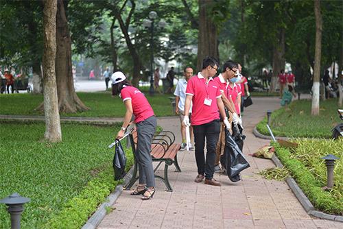 Gần 100 nhân viên văn phòng nhặt rác bảo vệ Hồ Gươm-4