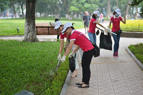 Gần 100 nhân viên văn phòng nhặt rác bảo vệ Hồ Gươm-10