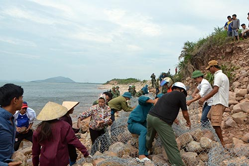 Quảng Ninh: Vá đê bị nước khoét sâu chạy đua bão số 4-2