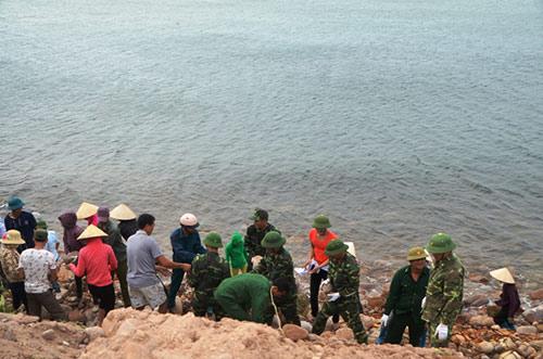 Quảng Ninh: Vá đê bị nước khoét sâu chạy đua bão số 4-3