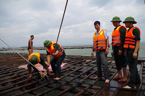 Quảng Ninh: Vá đê bị nước khoét sâu chạy đua bão số 4-4