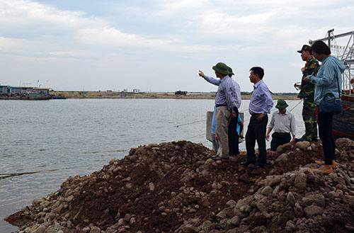 Quảng Ninh: Vá đê bị nước khoét sâu chạy đua bão số 4-5