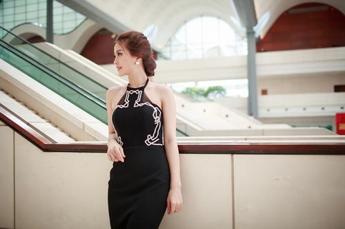 Á hậu Diễm Trang khoe đường cong gợi cảm tại Hà Nội-4