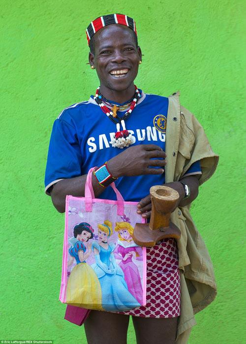 Tròn mắt vì bộ tộc Châu Phi mê đọc Vogue, nghiện thời trang-1