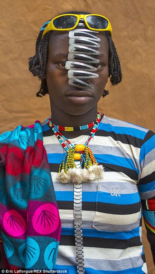 Tròn mắt vì bộ tộc Châu Phi mê đọc Vogue, nghiện thời trang-15