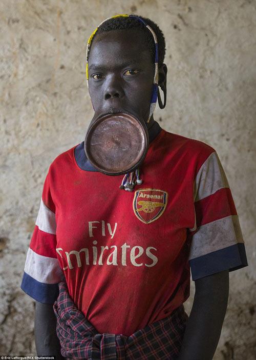 Tròn mắt vì bộ tộc Châu Phi mê đọc Vogue, nghiện thời trang-2