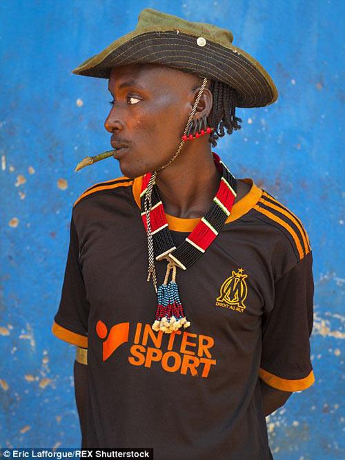 Tròn mắt vì bộ tộc Châu Phi mê đọc Vogue, nghiện thời trang-10