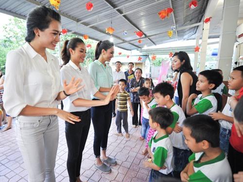 HH Phạm Hương giản dị đi từ thiện sau đăng quang-2