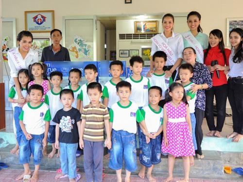 HH Phạm Hương giản dị đi từ thiện sau đăng quang-3