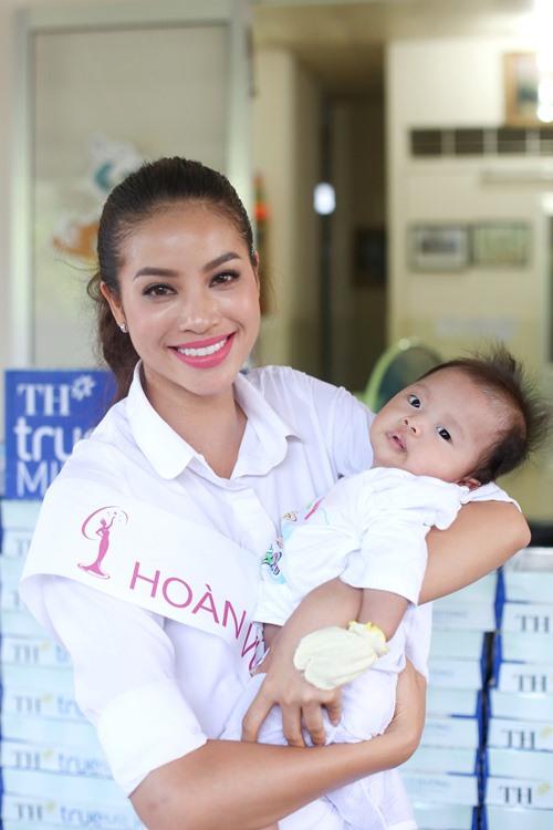HH Phạm Hương giản dị đi từ thiện sau đăng quang-4
