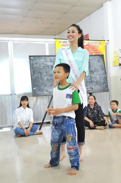 HH Phạm Hương giản dị đi từ thiện sau đăng quang-5