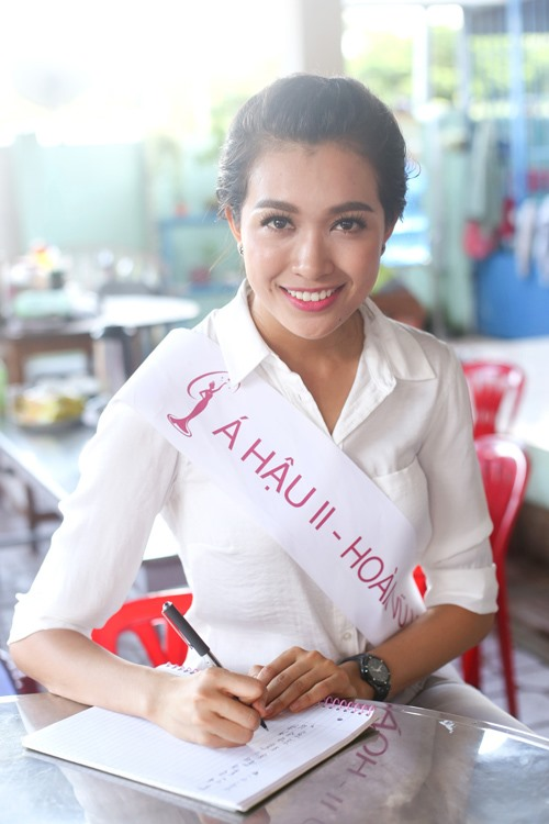 HH Phạm Hương giản dị đi từ thiện sau đăng quang-6