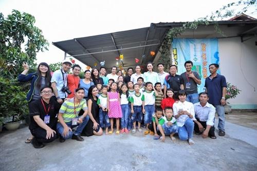 HH Phạm Hương giản dị đi từ thiện sau đăng quang-8