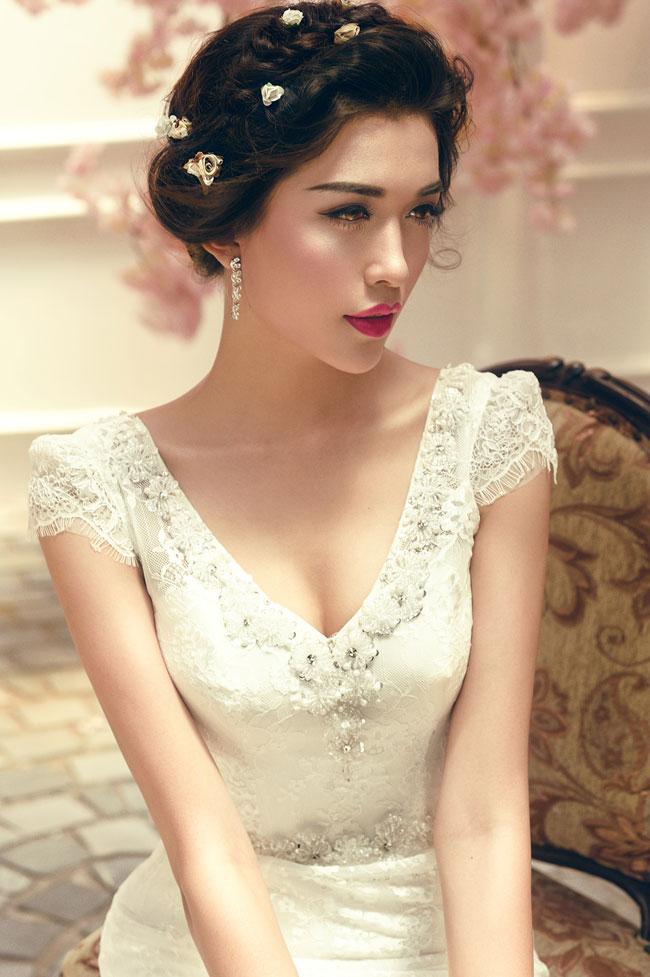 Vừa trở về từ cuộc thi Hoa hậu Hoàn vũ 2015 với danh hiệu Á hậu 2, Đặng Thị Lệ Hằng đã thực hiện bộ ảnh mới khoe vòng một và đường cong gợi cảm với váy cưới.