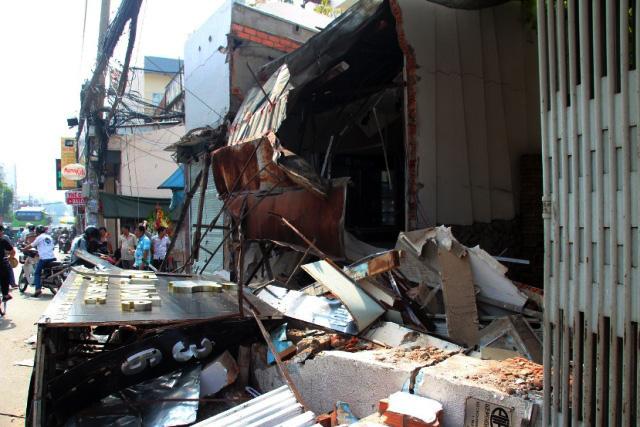 TPHCM: Xe chở rác mất lái tông sập 3 nhà dân-1