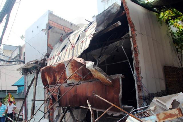 TPHCM: Xe chở rác mất lái tông sập 3 nhà dân-2