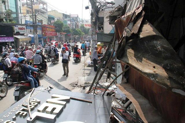 TPHCM: Xe chở rác mất lái tông sập 3 nhà dân-4
