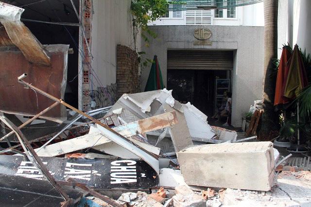 TPHCM: Xe chở rác mất lái tông sập 3 nhà dân-5