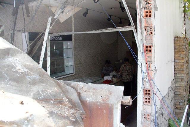 TPHCM: Xe chở rác mất lái tông sập 3 nhà dân-6