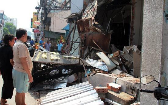 TPHCM: Xe chở rác mất lái tông sập 3 nhà dân-8