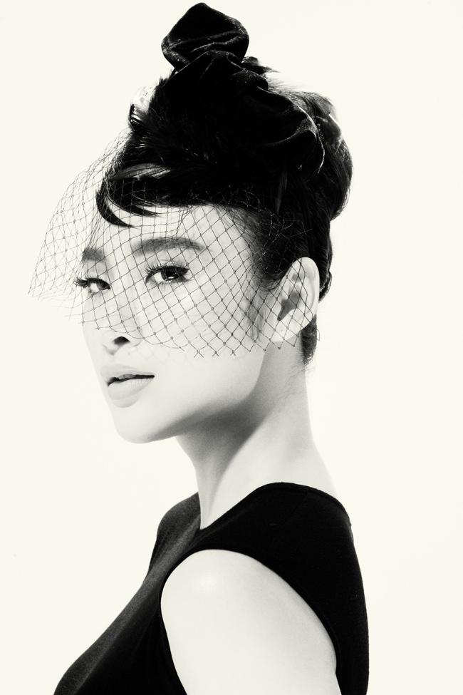 Nữ diễn viên Angela Phương Trinh bất ngờ được NTK Đỗ Mạnh Cường chọn làm 'nàng thơ' trong BST mới của mình.