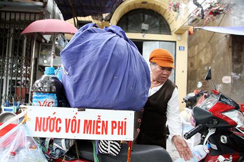 nguoi phu nu tang nuoc voi mien phi cho benh nhan - 7