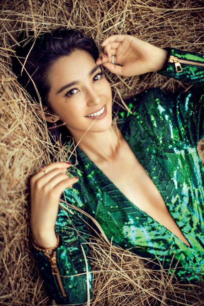 Lý Băng Băng hóa thân thành cô nàng nài ngựa nóng bỏng trên tạp chí Elle số tháng 11/2015.