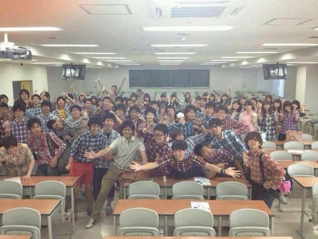 Cơn sốt sơ mi kẻ caro đổ bộ một lớp học tại Nhật Bản.
