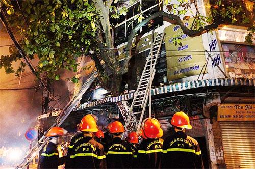 Cháy dữ dội cửa hàng lưu niệm trên phố Hàng Mã-2