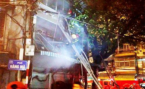 Cháy dữ dội cửa hàng lưu niệm trên phố Hàng Mã-3