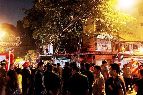 Cháy dữ dội cửa hàng lưu niệm trên phố Hàng Mã-4