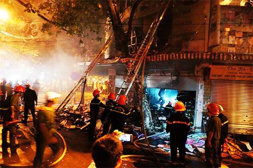 Cháy dữ dội cửa hàng lưu niệm trên phố Hàng Mã-1