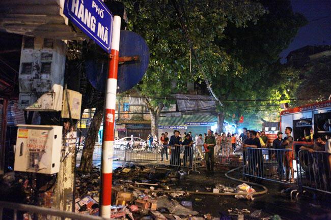 Hiện trường vụ cháy nhà 4 tầng trên phố cổ Hàng Mã-11