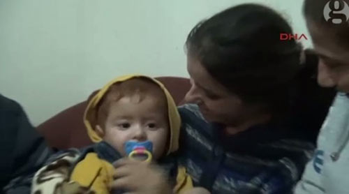 Nghẹn lòng cảnh bé trai tị nạn 18 tháng được vớt trên biển-2