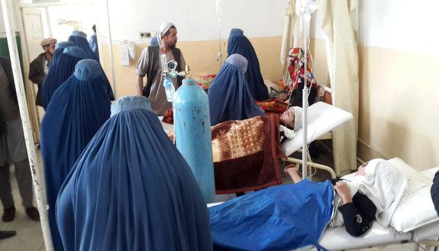 12 nu sinh bi giam dap chet khi chay dong dat o afghanistan - 2