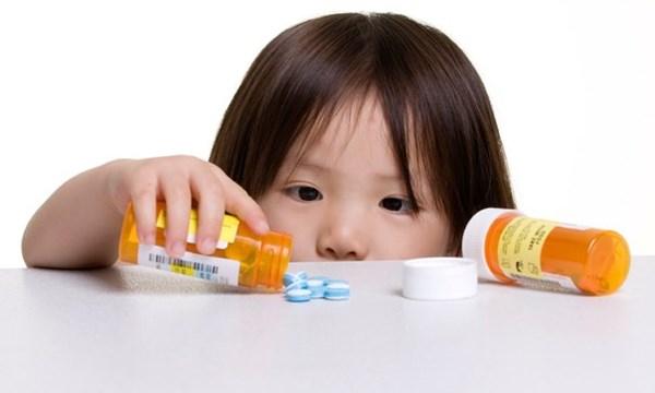 Bé trai 10 tuổi nguy kịch vì bị mẹ ép uống 30 viên thuốc-1