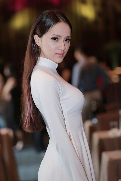 Hương Giang Idol mượn áo dài khoe vòng 1 căng tràn-5