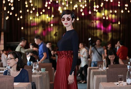 Hương Giang Idol mượn áo dài khoe vòng 1 căng tràn-8