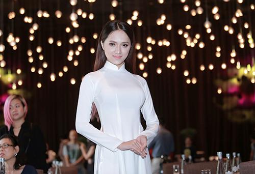 Hương Giang Idol mượn áo dài khoe vòng 1 căng tràn-2