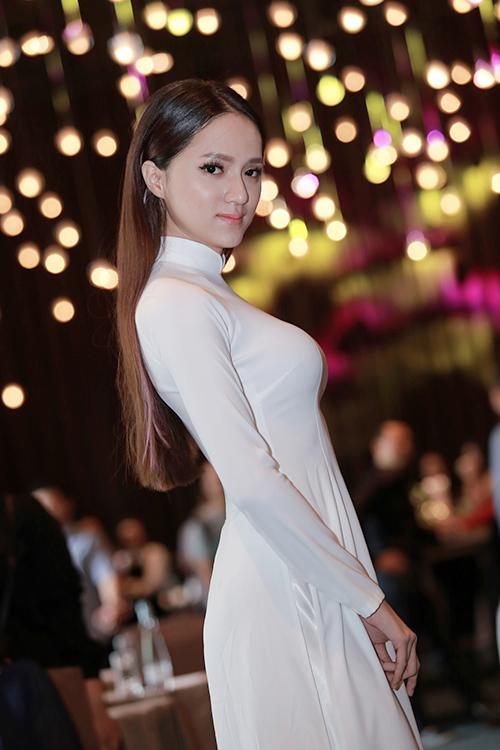 Hương Giang Idol mượn áo dài khoe vòng 1 căng tràn-1