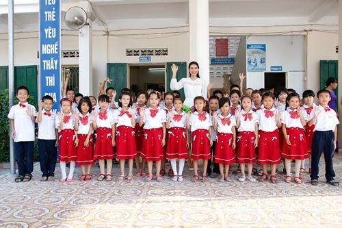 HH Phạm Hương bật khóc khi về thăm trường cũ-1