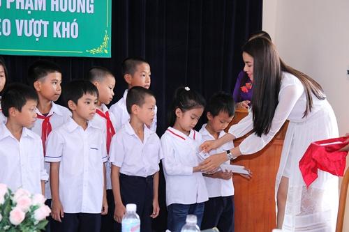 HH Phạm Hương bật khóc khi về thăm trường cũ-9